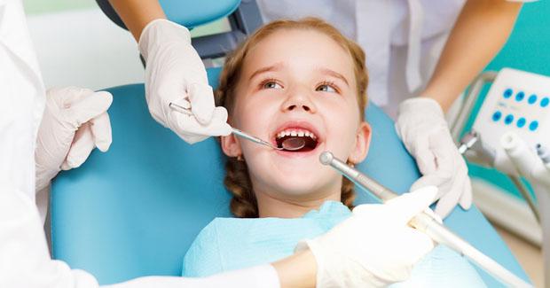 ¿Cuándo empiezo a llevarle al niño al dentista?